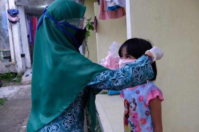 PKK Sukmajaya Bagikan Masker Untuk Anak-Anak