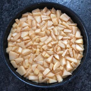 Gâteau norvégien aux pommes et à la vanille avant cuisson