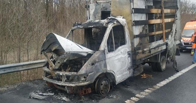 Kigyulladt egy kisteherautó az M7-esen
