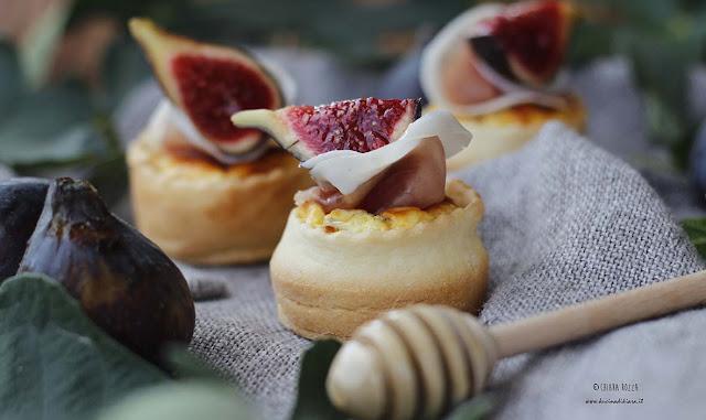 Mini tarte con crema di ricotta, speck, fichi e miele