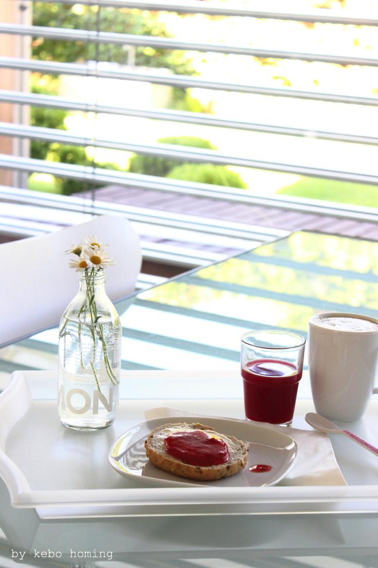 Margeriten zum Frühstück mit Rote-Beete-Orangensaft, Cappuccino und einem Vollkornbrötchen mit selbstgemachter Erdbeermarmelade zum Friday Flowerday beim Südtiroler Food- und Lifestyleblog kebo homing, Styling und Fotografie