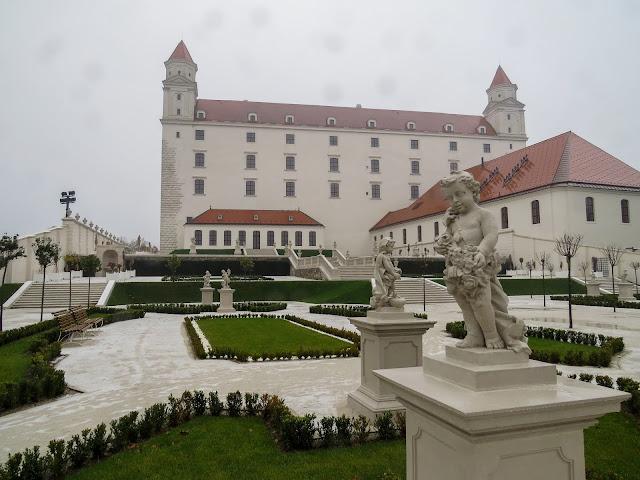 Vista dos jardins e do fundo do Castelo da Bratislava - Eslováquia - Leste Europeu