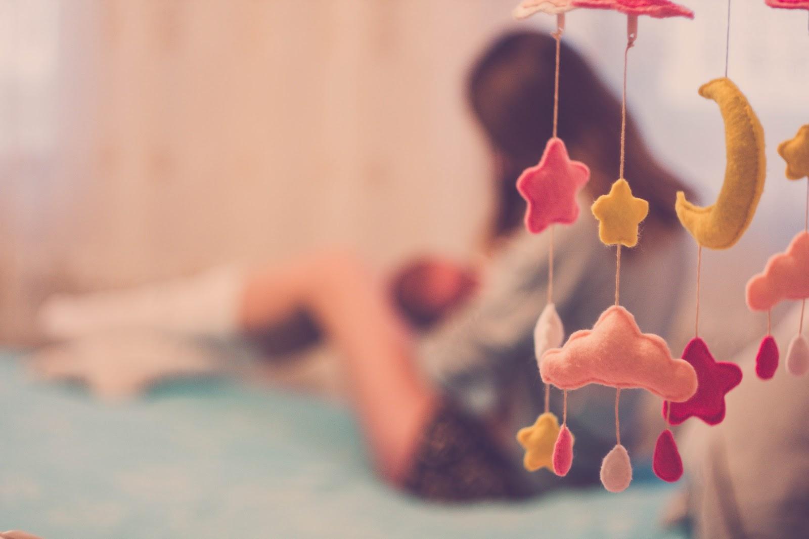 macierzyństwo, za co lubię macierzyństwo, karuzela nad łóżeczko, łóżeczko, zabawka, niemowlę, niemowlak