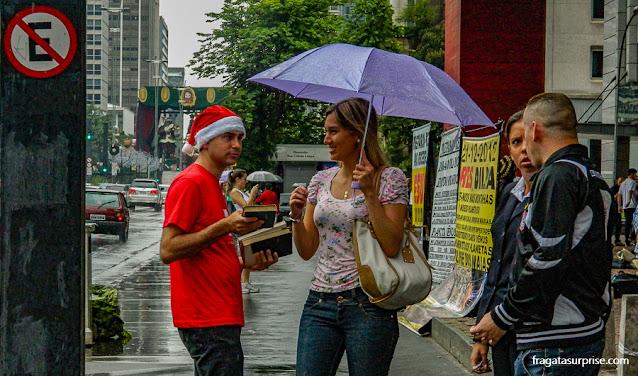 Ong distribui livros gratuitos no vão livre do MASP, em São Paulo