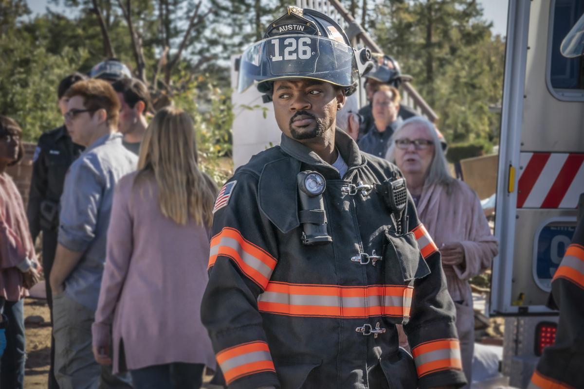 Paul con su traje de bombero en un rescate en 911 Lone Star