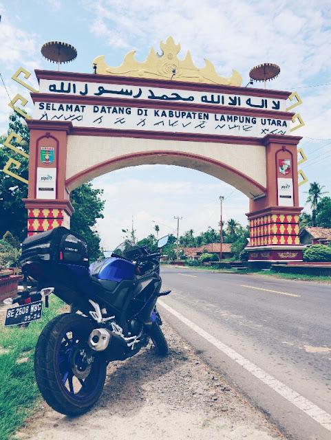 Foto Motor Touring di Gapura Selamat Datang Kabupaten Lampung Utara