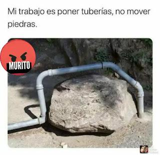 Tubería rodeando piedra grande