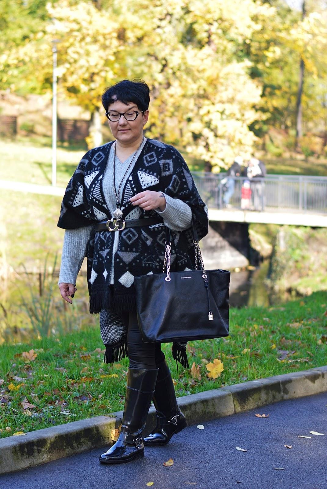 Black and White Fashion, poncho, ponczo z frędzlami