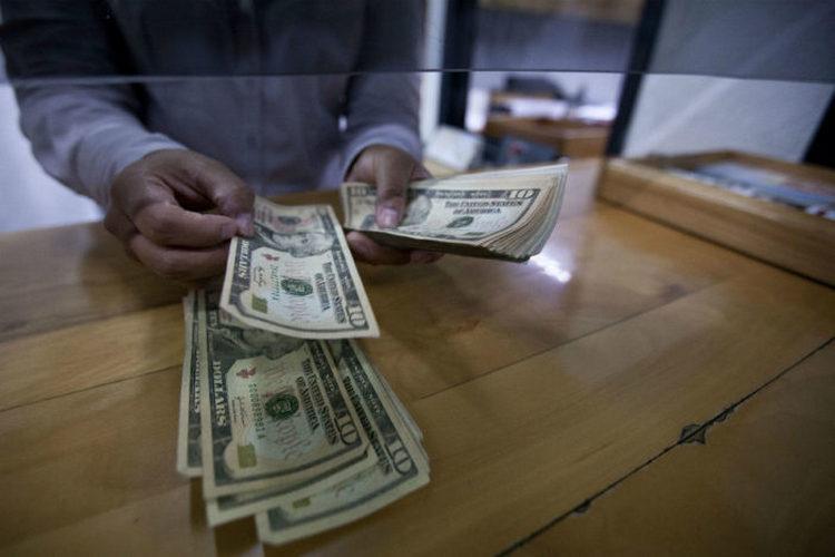 El peso se desfonda 1.62% y se vende hasta en 20.78 por dólar tras lista arancelaria de México a EU