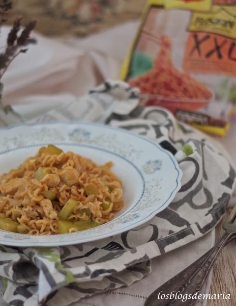 Pasta orienta con calabacín y pollo a las finas hierbas