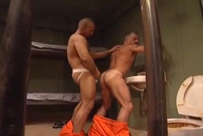 Dois paizões fodendo na cadeia