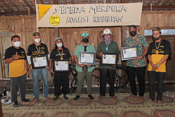 Pemberian penghargaan kepada pegiat sepeda di Jogja Tim Dokumentasi Wisnu Asa Ajisatria & Agung Setiawan