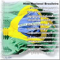 Foto estilizada da Bandeira Nacional Brasileira ao vento, sobreposta com a partitura do Hino Nacional Brasileiro