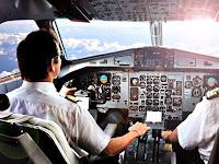 Bir uçak kokpitinde sivil yolcu uçağı pilotu uçağı sürerken