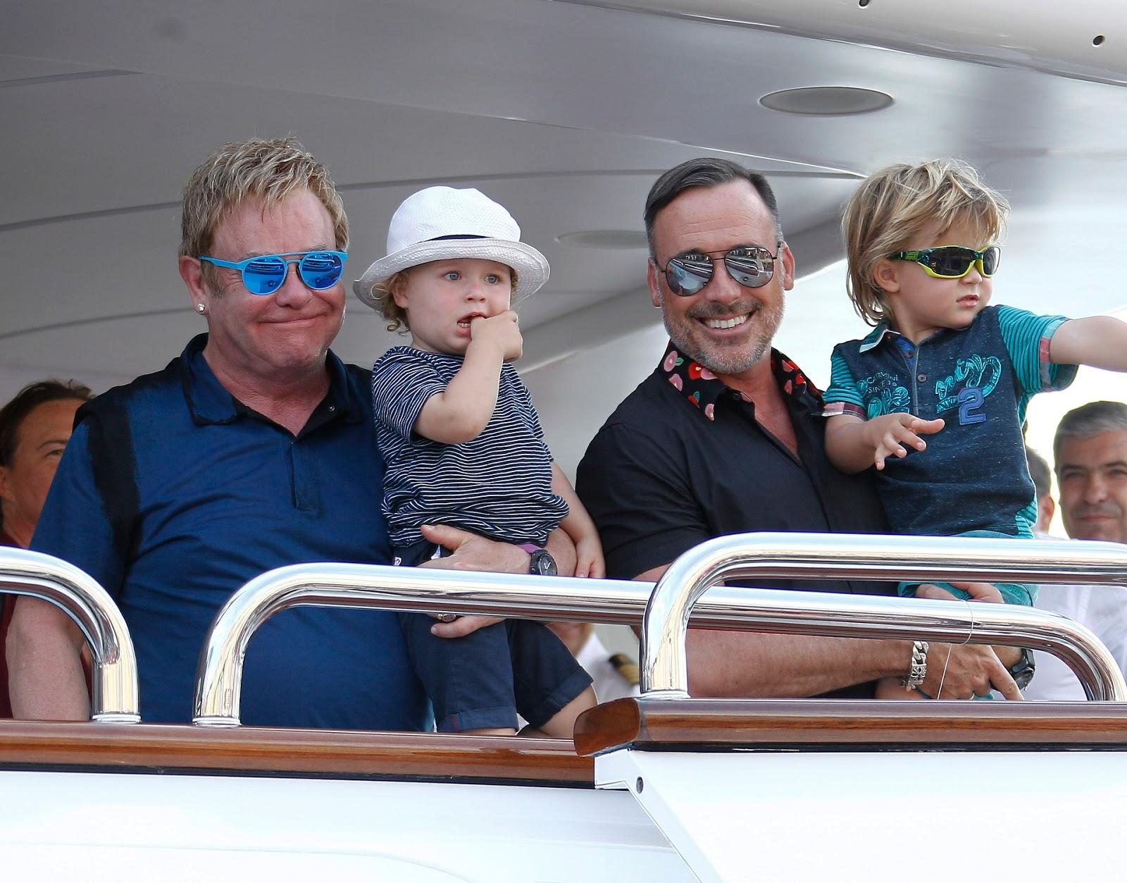 Elton John ganha homenagem do marido em aniversário