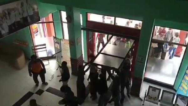 Jenazah Corona Diambil Paksa Dinaikkan Angkot, Jebol Pintu RS-Pukuli Satpam