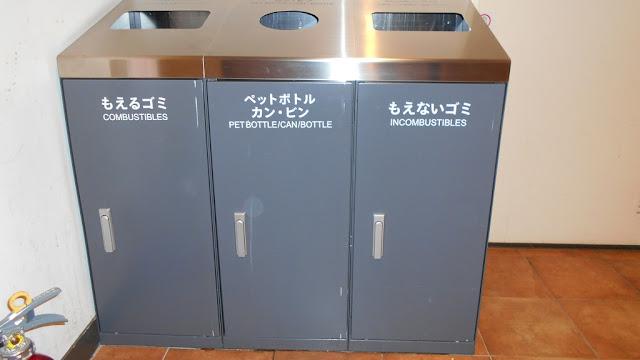 日本の某ショッピング・モール内のゴミ箱