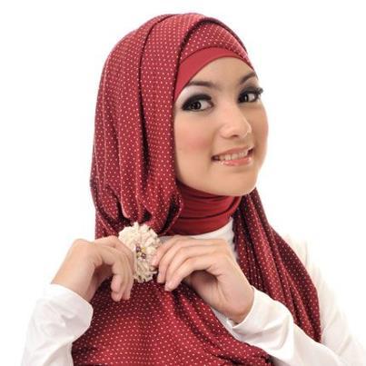 Aksen di samping kepala plus bros cantik bikin gaya hijab