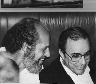Zuza Homem de Mello, à esquerda, afirmou que chegou a parar o carro para ouvir João Gilberto (à dir) interpretar Chega de Saudade. — Foto: Arquivo Pessoal/BBC
