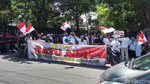 Massa Ratu Adil Geruduk Bawaslu Jatim Tuntut Jokowi Didiskualifikasi