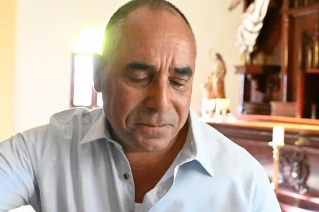 Sacerdote de Barahona llora al ver la Catedral casi vacía en misa del Domingo de Ramos