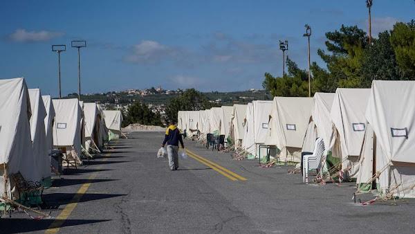 Εστειλαν στους σεισμόπληκτους τόνους από άχρηστα ρούχα, νυφικά, ακόμα και αποκριάτικες στολές