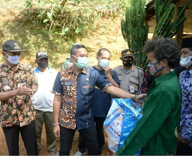 Mantap, Bupati Pacitan Serahkan Bantuan Sosial Di Wilayah Kecamatan Nawangan