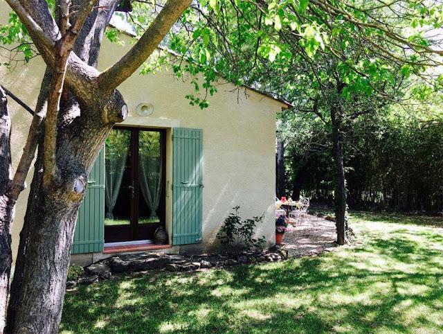 Petite Maison Gite Durance mit Garten und Stühlen, Bäume, grünen Fensterläden