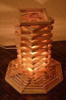 lampara hecha con palitos de helados reciclados