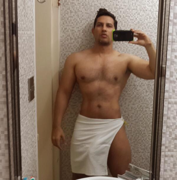 hombre en toalla desnudo