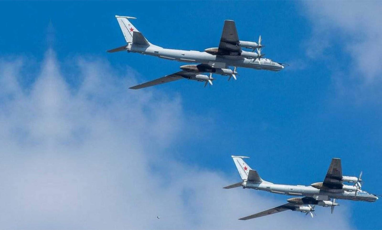 Sepasang Tu-142 Rusia dikawal dua pesawat tempur Typhoon Eurofighter AU Italia