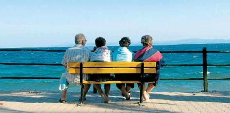 Βουτιές στην θάλασσα για τα μέλη των ΚΑΠΗ Λάρισας