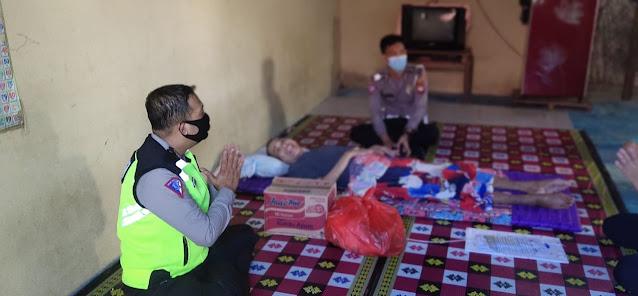 Jum'at Berkah, Polres Sekadau Salurkan Paket Sembako Kepada Dua Warga Kurang Mampu di Desa SungaI Ringin