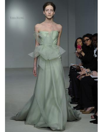 Vestido de novia de color verde claro - Foto: www.capitolromance.com