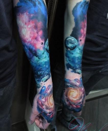Mesmo se você tatuagem de uma galáxia em sua manga para o seu lado, não seria realmente olhar confuso. Em vez disso, ele ainda poderia olhar mágico e belo, especialmente com muito mais leve estilo e cores.