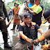 Tanpa jijik, Gubernur Anies Punguti Sampah Lumpur Bersama Warga