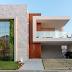 Fachada de casa com  volumetria valorizada por vidro, madeira, porcelanato e jardim vertical!