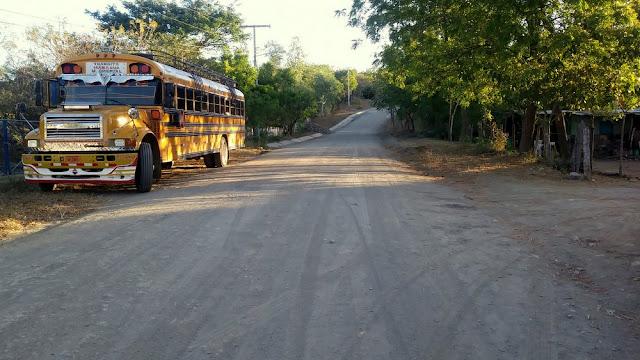 Żółty autobus na szutrowej drodze w Nikaragui