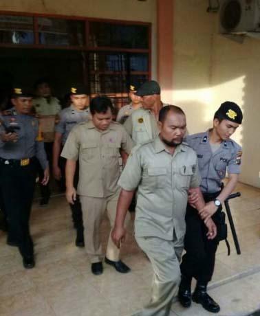Polisi menggiring pegawai Dinas Perizinan Pemko Padangsidimpuan yang tertjaring OTT.