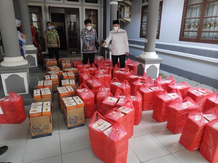 Ketua DPRD Lamsel Bagikan Ribuan Paket Berbuka Puasa