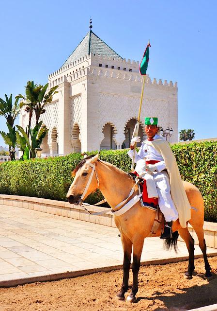 На фото - изображение гвардейца на охране Мавзолея Короля Мохаммеда V в Рабате, Марокко
