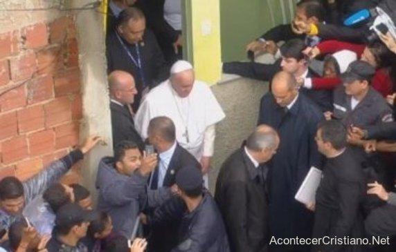 Papa Francisco saliendo de iglesia evangélica en Brasil