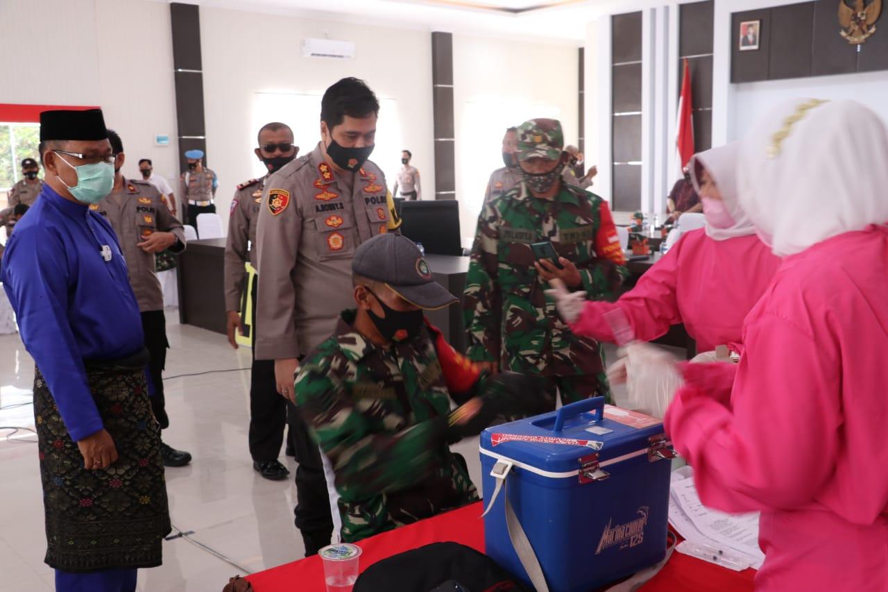 Polres Lingga bersama TNI Mengikuti Vaksinasi Covid-19 Tahap Pertama