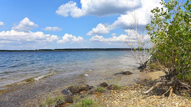 Ufernahe Fotoaufnahme von Zwenkauer See, blauer Himmel, Urlaubsstimmung.