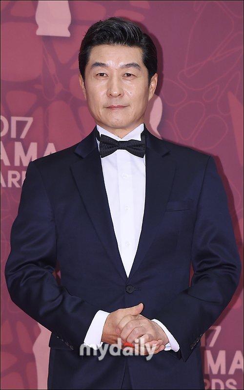 Kim Sang Joong wins '2017 MBC Drama Awards' daesang