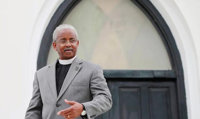 """Pastor diz como perdoou atirador que matou sua esposa em ataque à igreja: """"Deus interveio"""""""