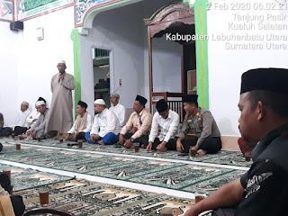 Kapolsek Kualuh Hulu Sholat Subuh Berjama'ah di Masjid Nurul Iman
