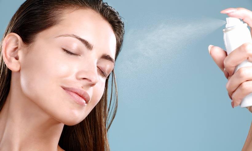 Sử dụng máy xịt khoáng để tạo ẩm cho da trước khi bôi HA