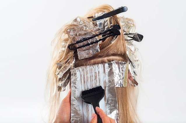 طريقة آمنة لفرد الشعر أثناء الحمل