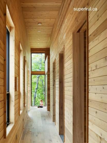 Interior de moderna cabaña de madera